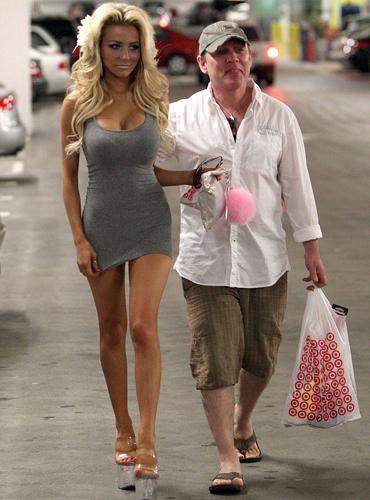 Hutchinson, alışverişte genç eşine eşlik etti ve paparazzilerin çektiği fotoğraflara da gülümsemeyi ihmal etmedi.