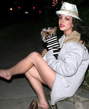 SİNİR KRİZİ GEÇİRMİŞTİ Alkol ve uyuşturucuyla başı sık sık derde giren ünlülerden biri de Britney Spears. İki yıl önce evinde alkol ve uyuşturucu alıp sağlık ekipleri ve polisler tarafından güçlükle yatıştırılan Spears, defalarca sokakta alkol duvarını aşmış bir şekilde ağlarken de görüntülende.