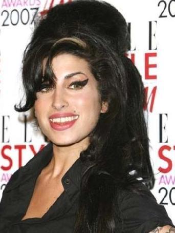 Ne yazık ki Amy Winehouse geçen yıl Temmuz ayında evinde ölü bulundu. Eşsiz sesiyle tanınan Winehouse hayata veda ettiğinde sadece 27 yaşındaydı.