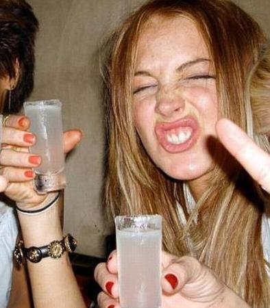 LOHAN BİLDİĞİNİZ GİBİ  Alkol ve uyuşturucu bağımlılığı yüzünden başı derde giren ünlülerden biri de Lindsay Lohan.