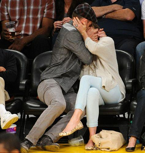Maç boyunca el ele oturan ikili, basına bol bol öpüşerek malzeme verdi.