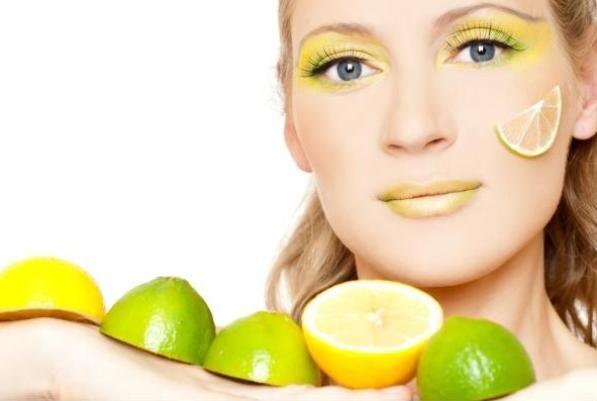 Mikserdeki limonla mucize maske   Eğer cildiniz yağlıysa, derinize büyük bir özenle bakım yaparsanız tedavi ederseniz. Fazla yağların aşırı derecede alınması yağ bezelerini harekete geçirir ki, bu da enfeksiyonlara sebep olur. Yağlı bir cilde sahip bayanlar bunu genellikle cildin dayanıklı olması ile özdeşleştirirler ama değildir.   Nasıl yapılır? Yağlı cilt için 2 limonun kabuğunu soyun. Suyun içine koyun ve yarım saat bekletin. Sonra robotta püre haline getirin. Temizlenmiş cildinize sürüp, 10 dakika sonra suyla yıkayın.