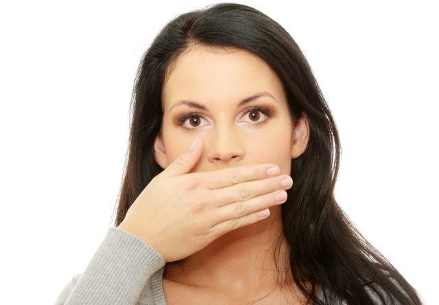 9. Diş ipi kullanın!   Diş ipi sayesinde fırçanın çıkaramadığı yerlerdeki bakteri ve yemek artıkları sökülür. Özellikle diş gövdeleri arasındaki dar bölgelerde biriken yemek artıkları hızlı bakteri çoğalmasına neden olabilir.