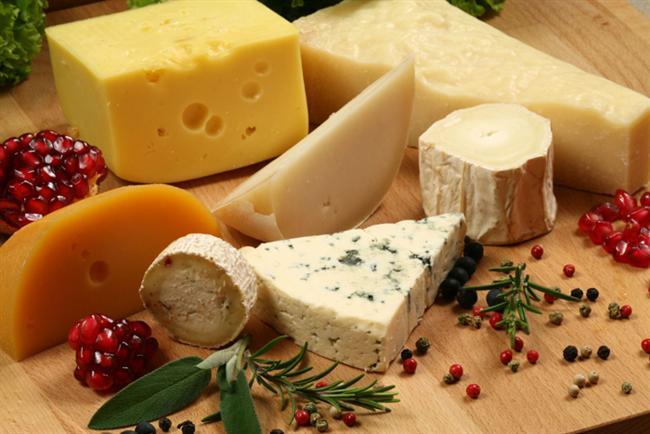 8. Peynir ve tarçın tüketin!  Öğün sonrası ağız içerisindeki asidik ortamı bazik hale çevirecek peynir vb ürünler tüketin. Bu hem ağız kokusunun önlenmesinde hem de çürük oluşumun önlenmesinde önemli rol oynar. Ayrıca içeceklerinizde ve uygun yiyeceklerinizde tarçın kullanmak da ağız kokusunu gidermede yardımcı olur. Tarçın ağız içi bakterilerle mücadelede önemli bir silahtır. Eğer varsa tarçınlı şekersiz sakızlar da uygun bir öneri olabilir.