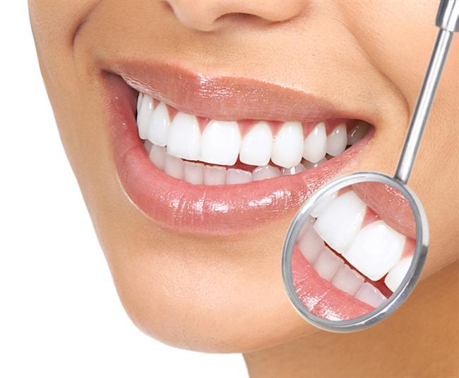 2. Ağzınızda bulunan protez ve köprüleri kontrol ettirin!   Ağız içindeki eskimiş köprü ve diş protezleri zamanla gıda birikmesine yol açarak kötü kokulara neden olabilir. Bu nedenle protez ve köprüleri düzenli aralıklarla kontrol ettirmek; yenilenmesi gerekenleri değiştirmek, eksik olan dişlerin yerleri için gerekli tedavileri yaptırmak gerekir.   Ağız Kokusunun Nedenleri Nelerdir?