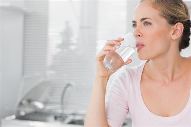4. Daha fazla su için!   Özellikle yaşla artan vücut kuruması pek çok yönden dikkat edilmesi gereken bir durumdur. Çok su içmek onlarca diğer yararının yanında dilinizin kurumasını da önleyerek ağız kokusu ile mücadelede önemli bir silah olarak kullanılabilir.
