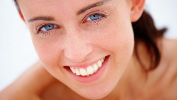 Diş çekmeden ortodontik tedavi olmaz.  – Yanlış  Kullandığımız yeni yöntemlerde dişleri çene içinde 3 boyutlu olarak yönetebildiğimiz için vakaların büyük bir kısmını diş çekimi yapmadan bitirebilmekteyiz.   Böylelikle sağlıklı dişleri çekilmezken mevcut dişlerinin sıralı olduğu çene kavisi daralmayacak diş çekimine bağlı yumuşak dokularda özellikle dudaklarda bir çökme olmayacaktır.
