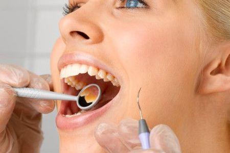 Ortodontik tedavi çok ağrılı bir tedavidir. – Yanlış  Özellikle son yıllarda üretilen biyomoleküler teller sayesinde, dişlere uygulanan kuvvet düzenli olduğu için şiddeti azalmıştır.  Dişlere düzenli sabit kuvvet uygulandığından, enerjisini kaybetmeyen teller sayesinde dişler çok daha küçük kuvvetlerle, çok daha hızlı ve ağrısız bir şekilde yer değiştirebilmektedir.  Diş hareketlerinde beklenen kuvvetin şiddeti değil, devamlılığının korunmasıdır.  Hafif ve devamlı kuvvetlerle diş köklerinin erime riski de ortadan kalkmıştır.