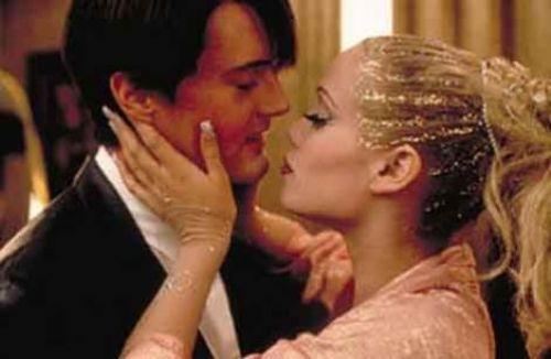 Showgirls Paul Verhoeven'in yönettiği film, dansçı olmakiçin Las Vegas'a gelen genç bir kadının öyküsünü anlatıyordu. İkinci Temel İçgürü olarak lanse edilenf ilm sadece sevişme sahneleriyle değil, her açıdan acımasızca eleştirildi.