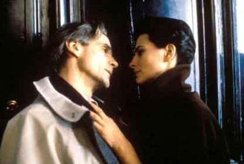 Damage (Ölesiye) Usta yönetmen Louis Malle'in imzasını taşıyan filmde Juliette Binoche ve Jeremy Irons başrolleri paylaşıyordu. Film, nişanlısının babasıyla aşk yaşayan bir gneç kadının öyküsünü anlatıyordu.
