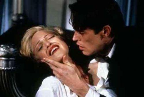 Body of Evidence (Kanıt Vücutlar) Madonna ve Willem Dafoe gibi yıldızlar ve onların oynadığı cesur sahneler bile bu filmi kurtarmaya yetmedi.