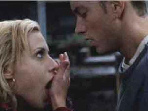 8 Mile (8 Mil) Dönemin ünlü rap yorumcusu Eminem'in filminin aşk sahneleri de kötüler arasında.