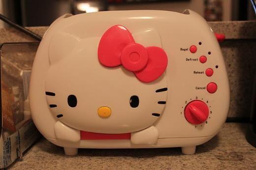 işte evimin en keyifli yeri, mutfağım... Açıkça söylüyorum, yemek yapmayı çok seviyorum, mütevazılık yapmayacağım güzelde yaparım. 4 sene yalnız yaşayınca yemek yapmayı da, bulaşık yıkamayı da, çamaşır yıkamayı da herşeyi bir bir öğreniyorsunuz.Evimin her köşesinde farklı Hello Kitty desenli şeyler var. Bu da ekmek kızarttığımda üstüne Hello Kitty suratı basıyor.