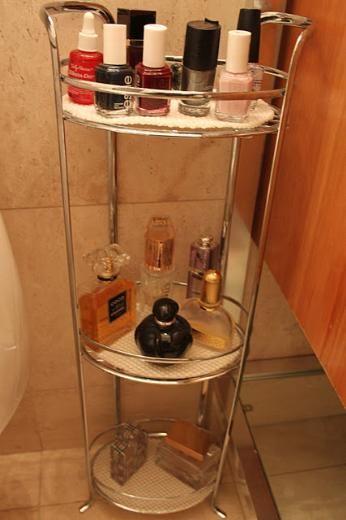 Ve son olarak banyom ve odam.. Banyomda parfumlerimin ve ojelerimin durduğu böyle bir raf var.Bu rafı çok seviyorum nedense...