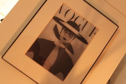 Vogue çerçevesiz bir moda sever evi olur mu hiç? Bunu New York sokaklarındaki satıcılardan almıştım. Binbir çeşit Vogue kapağı çerçeveleri var evimin renklerine uygun olduğu için bunu tercih etmiştim.