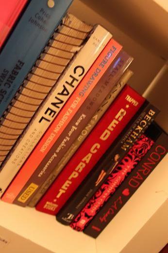 Kitaplarımda dergilerim gibi evimin olmazsa olmazlarından.. Bu kitapların bazılarını hayatımın ileriki döneminde bana yardımcı olabileceğine inandığım için aldım, kiminide okuldaki derslerim için. Çok yakın zamanda kendime bir ofis açmak istiyorum bu kitaplar ofisimin raflarini süsleyecek inşallah...