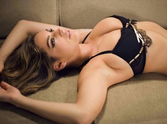 Brook, FHM tarafından dünyanın en seksi 100 kadını arasında gösterilmişti.