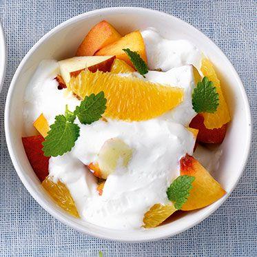 Krem şantili meyve salatası  Malzemeler  1 adet şeftali   2 adet muz   1 salkım üzüm  2 adet armut  200 gr. Çilek   250 gr. kayısı   3 adet kivi  Hazırlanışı  Meyveler yıkanır ve soyulur. Meyveler bir kaseye küp küp doğranır. Krem şanti tarife göre hazırlanır. Krem şanti meyvelere eklenir ve hafifçe karıştırılır. Dondurma kaselerine koyun ve dolapta en az 1 gün bekletin.