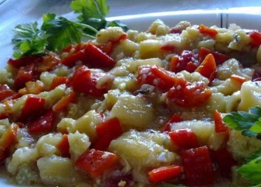 Cevizli biberli salata  Malzemeler  5 Patlıcan   10 Kırmızıbiber   1 kg. Domates   1 çay bardağı zeytinyağı   10 ceviz  Hazırlanışı  Fırında biberleri ve patlıcanları közleyelim. Kabuklarını ayıkladıktan sonra küçük küçük doğrayıp bir tencereye koyalım. Rendelenmiş domatesleri ve yağı da ilave edip birlikte kavuralım. Servis tabağına alıp üzerini cevizlerle süsleyelim.