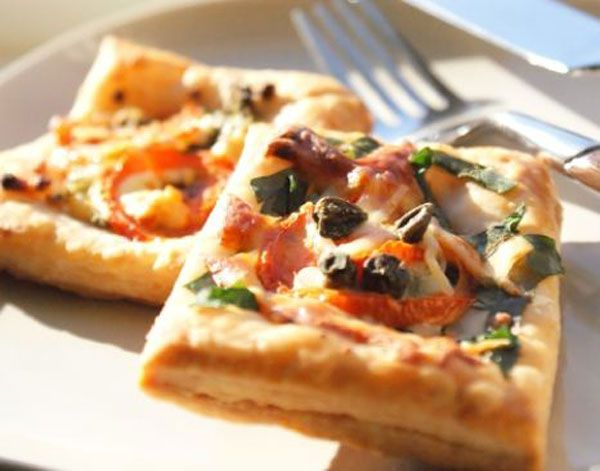 Milföy pizza  Malzemeler  8-9 adet kare milföy hamuru   7-8 adet zeytin ya da 2 yemek kaşığı dilimlenmiş zeytin  1 su bardağı rendelenmiş taze kaşar peyniri  1 adet yumurta sarısı  2 adet domates  2 adet yeşil biber  20-25 adet zeytin  1 tatlı kaşığı salça  Rendelenmiş kaşar peyniri  1 adet yumurta sarıs  Tereyağ (tepsiyi yağlamak için)  Hazırlanışı  Dondurucudan milföy hamurunu çıkarın ve paketini açarak tezgaha dizin. 5 dakika kadar yumuşamasını bekledikten sonra 1 tanesini yarım santimlik şeritler halinde boyuna dilimleyin. Yumuşayan milföyleri yağlı kağıt serilmiş ya da yağlanmış fırın tepsisine dizin. Hazırladığınız milföy şeritlerini her milföyün kenarına (her milföy için 4 tane) kare çerçeve gibi kapatacak şekilde dizin. Hazırladığınız milföylerin ortasına biraz su ile açtığınız salçayı fırça yardımıyla sürün. Domates,biber,sosis ve zeytini dilimleyin. Sürdüğünüz salçalı sosun üzerine kaşar peyniri serpin, domtes, zeytin ve biberi (isteğe göre sosisleri) paylaştırın. Milföylerin kenarlarına yumurta sarısı sürün ve 200 derece önceden sısıtılmuş fırında üzeri kızarıncaya kadar pişirin. İster sıcak isterseniz soğuk servis yapın.