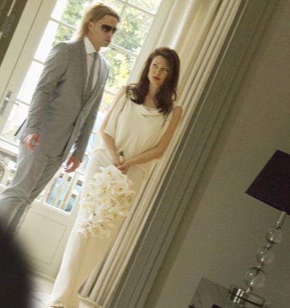 Kır düğünü şeklinde gerçekleşen sade törende Angelina Jolie'nin Helenistik tarzdaki gelinliği göz kamaştırırken Brad Pitt de gri bir takım elbise giydi...