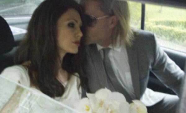 Jolie ve Pitt'i canlandıran oyuncular, büyük benzerlikleriyle dikkat çekiyor. Ancak fotoğraflara dikkatli bakınca gerçek anlaşılıyor.