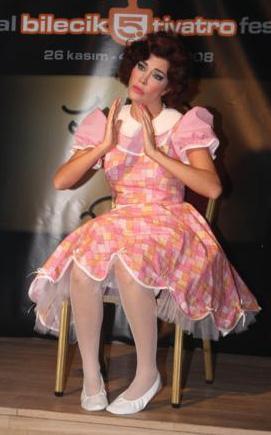 Sadece Arkadaşız' adlı oyunla sahneye çıkan Akkaya, performansıyla izleyicilerden tam not almayı başarmıştı.   Ali Poyrazoğlu'nun öğrencisi olan Onur Şenay'ın kurduğu tiyatro 'ŞenAy'da sahne alan ünlü mankenin rol aldığı oyunda, insanların birbirine gösterdiği anlayış sorgulanıyordu.