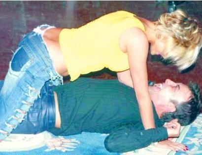 Hakan Yılmaz'la başrolü paylaştığı 'Sevgili Karım' adlı oyunda manken Seray Sever de son derece cüretkar bir rolde oynayarak herkesi şaşırtmıştı.