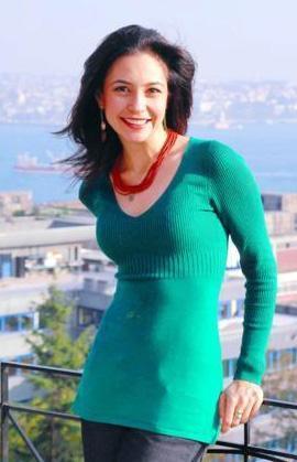 SİNEMİS CANDEMİR Tarkan'ın 'Hüp' adlı şarkısının klibinde öpüştüğü kız olarak ünlendikten sonra kendisine yeni bir kariyer çizmeye karar veren Sinemis Candemir, oyuncu Ayla Algan'dan oyunculuk dersi aldı.