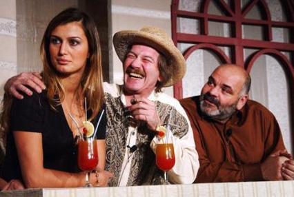 Dün Gece Ormanda Çok Komik Bir Şey Oldu' adlı oyunla sahnelere 'merhaba' diyen ünlü manken, bu oyunda Ferhan Şensoy gibi tiyatronun duayenlerinden biriyle birlikte rol aldı.  Özay, Saddam'ın Askerleri adlı bir sinema filminde de oynadı..