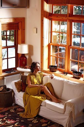 """Evde stiliniz nedir? Hangi dekorasyon stilinden hoşlanırsınız?  - Dört yıldır yaşadığım evde provensal stili yansıtmaya çalışıyorum. Çünkü bu evim metrekare olarak da, görünüm olarak da, bahçe kullanımı olarak da bu tarza çok uygun. Tarzları birbirine karıştırmak da hoşuma gidiyor. Yeri geldiğinde antika stilini de, modern dekorasyonu da seviyorum. Genellikle ahşap mobilyaları tercih ediyorum. Ancak sevmediğim ev atmosferi bellidir: Çok matematiksel dekore edilmiş, minimal ve neredeyse mağazalaşmış gibi evler hoşuma gitmez. Bana soracak olursanız evin bir yaşanmışlığı olmalıdır. Örneğin, sehpanın çizilmesi beni hiç rahatsız etmez. Hemen """"Bunu bir cilacıya götüreyim de düzelttireyim"""" diye düşünmem. Evde genelde ahşap mobilyaları tercih ediyorum."""