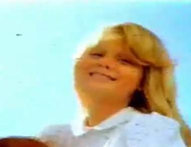 Bu fotoğraftaki küçük kız büyük olasılıkla size tanıdık gelmiyor.. Ama bu reklam filminde oynadıktan yıllar sonra üne kavuştu.