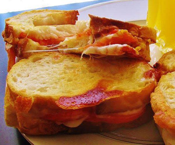 Tava tostu  Malzemeler  4 dilim tost ekmeği   1 çorba kaşığı tereyağı   2 dilim taze kaşar   8 dilim sucuk   Hazırlanışı  Tavaya tereyağının yarısı konur. Tava kısık ateşe yerleştirilir. 2 dilim ekmek yan yana konur. Üzerlerlerine dörder dilim sucuk ve birer dilim kaşar konur. Üzerlerine kalan ekmek dilimleri kapatılır. Üzerine kaşığın arkasıyla bastrılır. Kalan yağ tavaya bırakılır. Tostlar çevrilir, diğer yüzü de kızarana kadar pişirlir.