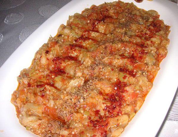 Söğürme  Malzemeler  4 adet patlıcan   2 bardak süzme yoğurt   3 yemek kaşığı zeytinyağı   Yarım yemek kaşığı kırmızı toz biber   3 diş sarımsak   1 çay kaşığı tuz   Hazırlanışı  Patlıcanları ister ızgarada, ocağın üzerinde ya da imkanınız varsa mangalda közleyiniz. Közlenen patlıcanlarınızı soyunuz ve bıçak yardımıyla minik, mink kıyınız. Sarımsakları soyup tuz ekleyip dövünüz. Yoğurt içerinse ekleyip karıştırınız. Sarımsaklı yoğurdu patlıcanların üzerine döküp iyice karıştırınız. Servis tabağına alınız ve üzerine zeytinyağı gezdiriniz. Son olarak ta toz kırmızıbiberi serpiniz.