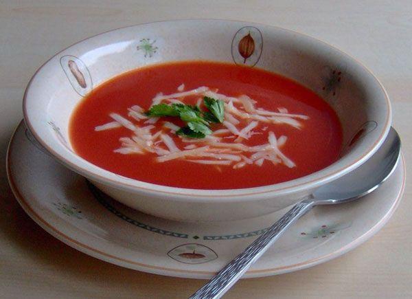 Domates çorbası  Malzemeler  5 adet domates   1 kaşık salça   2 kaşık un   1 kaşık yağ   8 bardak et ya da tavuk suyu   Kaşar peynri rendesi   Maydanoz   Hazırlanışı  Domateslerin kabuklarını çıkararak rendeleyin. Bir tencerede yağı eritin, unu katarak yağda çevirin. Üzerine domates salçasını ve domatesleri katarak iyice öldürün. Yavaş yavaş et suyunu ilave edin, tuzunu da ekleyerek 10 dakika kaynatın. Seris kaselerine allın, üzerini kaşar rendesi ve maydanoz koyarak süsleyin.