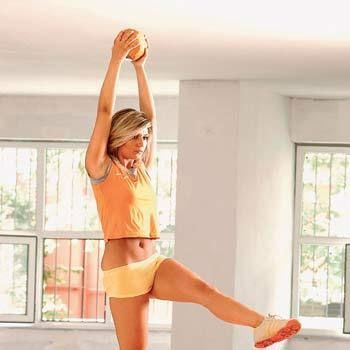Uzan yakala  Pozisyonunuzu bozmadan bacaklarınızı vücudunuza dik konumda havaya kaldırın. Bel çukuruna dikkat! Ellerinizle, yalnızca karın kaslarınızdan güç alarak ayak bileklerinizi tutmaya çalışın. Karın kaslarınızın gerildiğini hissedin. Bu hareketi 15 kez tekrarlayın.