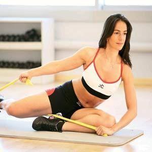 Gerinme  Yan yatın. Üstteki bacağınızı belinizin üstü hareket etmeden ileriye doğru gerin. Vücudunuzun üst kısmını ise ters tarafa döndürmeye çalışın. Bu sırada ellerinizle başınızı destekleyip kollarınızı fotoğraftaki pozisyona getirin. Aynı hareketi farklı iki tarafınıza yatarak 10 kez tekrarlayın.