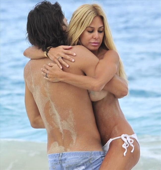 Karayipler'in St. Barts adasında erkek arkadaşıyla sevişirken paparazzilere yakalanan Sand'in kimseye aldırış etmemesi şaşkınlık yarattı.