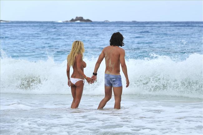 Ünlü model plajda sevişirken yakalandı - 4