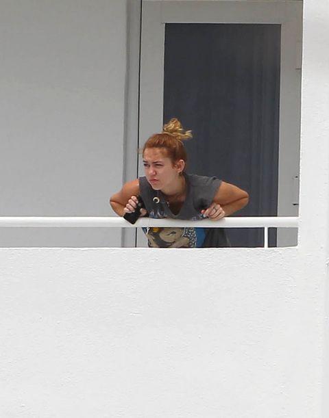 Amerikalı yıldız Miley Cyrus, şaşırtan bir hareket yaptı. Balkonda en doğal haliyle görüntülenen Cyrıs, önce köpeğini öptü sonra da balkondan tükürdü. Ünlü yıldızın bu hali fotoğraf karelerine de yansıdı.