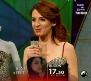 Jüri üyelerinden Hakan Akkaya, Ivana Sert ve Emel Acar onun öyküsünü hayretler içinde dinledi.