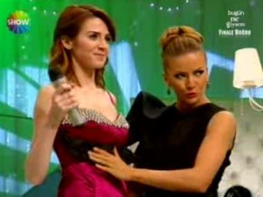 Ivana Sert ise hemen eline bir makas alıp elbisenin göğüs kısmındaki fırfırları kesti.