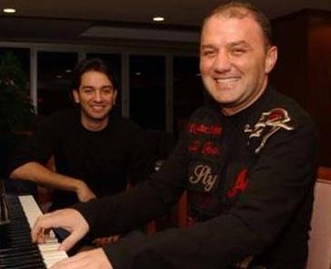 Yarışmacılara eşlik eden orkestrayı yöneten Ahmet Özden ile Sezen birbirlerine aşık oldular.