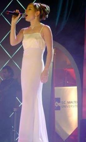 Sadece sesinin değil görüntüsünün güzelliğiyle de ilgi çeken Elena sonunda yarışmadan elendi.