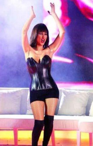 Tanıdınız mı bu ünlü şarkıcıyı... Bir ipucu daha verelim: Bu şarkıcı ilk şöhret olduğu yıllarda iri göğüsleriyle dikkat çekiyordu.