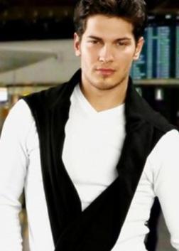Ulusoy daha sonra İstanbul Üniversitesi'nde peyzaj bölümünde okudu ve oyunculuk dersleri aldı.