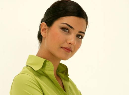Tuba Büyüküstün İstanbul Özel Doğuş Okulları'nda okudu.