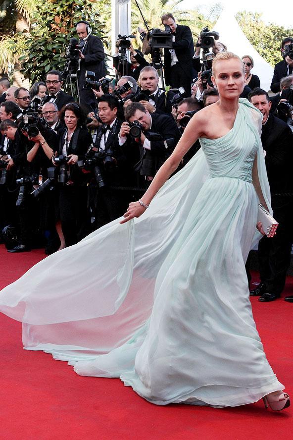 Sinema dünyasının en prestijli ödülleri olan Cannes Film Festivali geçtiğimiz hafta başladı. Festivalin jüri üyeliğini yapan Diane Kruger'da kırmızı halıda yürüyen ilk ünlülerden biriydi. Tek omuzlu açık mavi şifon elbisesi ile kırmızı halıyı aydınlatan Diane, festival boynca birbirinden güzel tuvaletlerle göz kamaştırdı.  Diane Kruger
