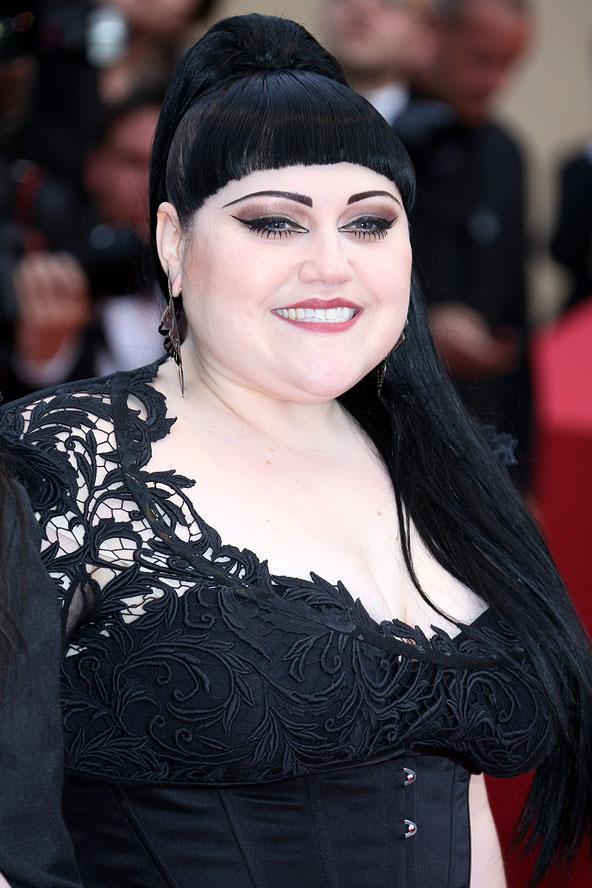 Aykırı şarkıcı Beth Ditto, kırmızı halıda edgy görünümü ile dikkat çekti.