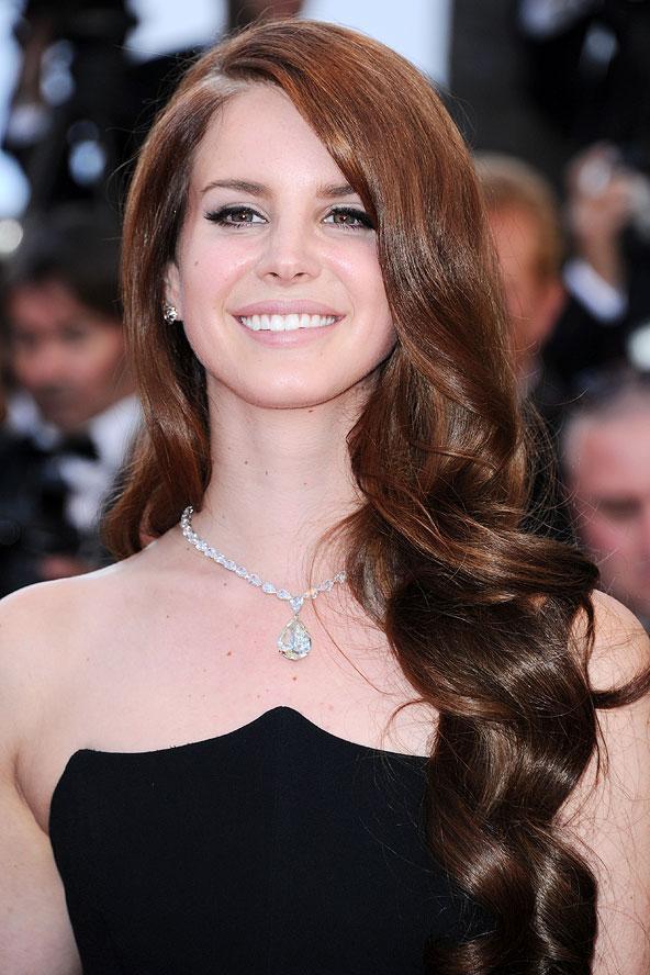 Lana Del Rey'in sağlıklı ve dolgun görünen saçlarını çok beğendik.